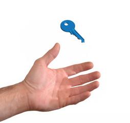 Mano recibiendo una llave.sujetando una llave azul.
