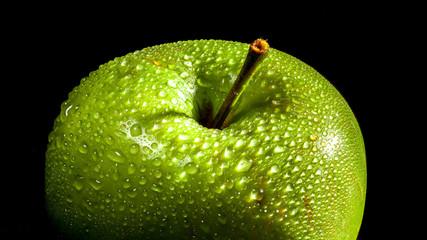 Frischer Apfel mit Tautropfen 1
