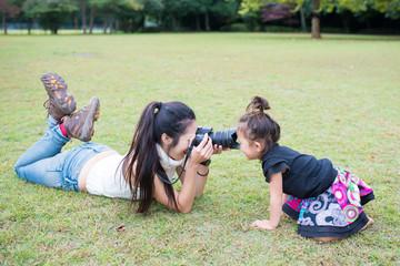 写真を撮る親子