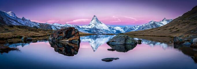 Foto auf Leinwand Gebirge Stellisee in der Schweiz mit Matterhorn im Hintergrund Panorama