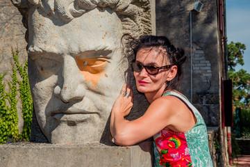 Femme près d'une statue dans le jardin des sons de Pélussin