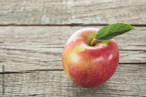 roter apfel der sorte braeburn stock photo and royalty