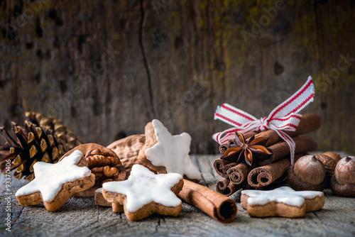 zimtsterne und weihnachtliche gew rze stockfotos und. Black Bedroom Furniture Sets. Home Design Ideas