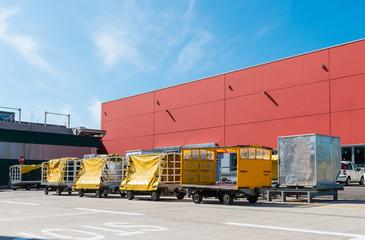 Carrelli trasportatori per valigie in aereoporto