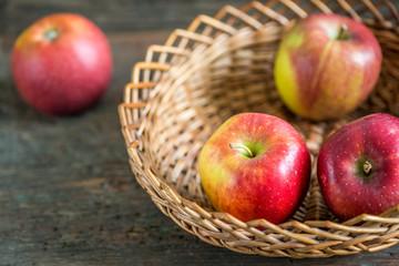 Braeburn Äpfel auf im Korb Holzbrett