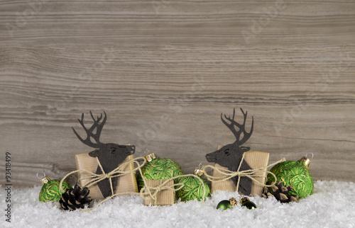 zwei rentiere mit geschenke in gr n zu weihnachten auf. Black Bedroom Furniture Sets. Home Design Ideas