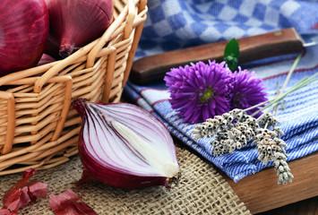 Schalotten - Zwiebeln, auf Jute / Lavendel und Messer auf Küchentuch