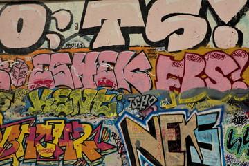 mur tagué recouvert de graffitis.
