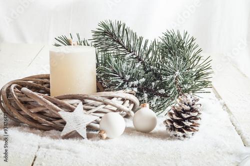 weihnachtsdeko kerze kunstschnee fichtenzweig zapfen christ stockfotos und lizenzfreie. Black Bedroom Furniture Sets. Home Design Ideas