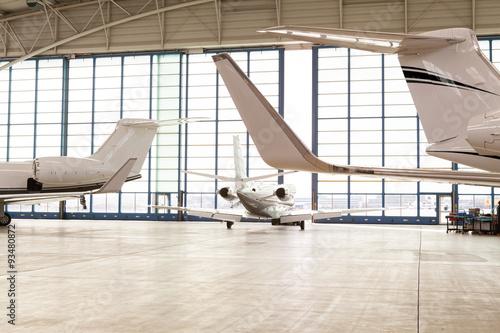 2 motoriges privatjet verl sst hangar stockfotos und lizenzfreie bilder auf bild. Black Bedroom Furniture Sets. Home Design Ideas