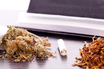 Cannabis Marihuana mit Papier und Joint zum drehen Drogen