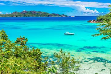 Photo sur Plexiglas Turquoise Yacht in paradise bay of Seychelles, Praslin