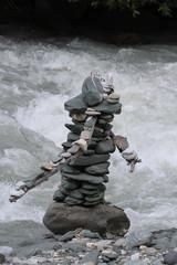 Steinmännchen vor Wildwasser