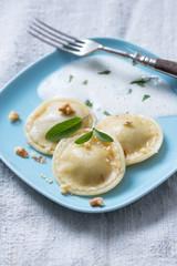 Ravioli mit Nüssen und Salbeischaum
