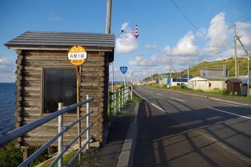 田舎の国道のバス停