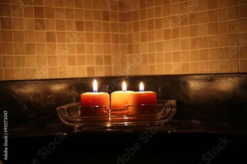 Luce dolce e rilassante delle candele in una stanza da - Candele per bagno ...