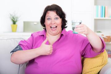 übergewichtige frau macht eine fastenkur