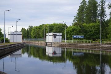 """Шлюз """"Мустола"""" на Сайменском канале летним пасмурным утром. Финляндия"""