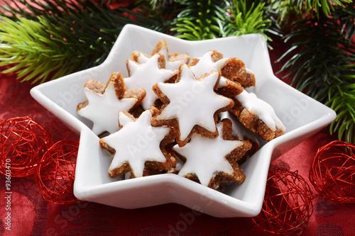 Weihnachtsgebäck Zimtsterne.Zimtsterne In Stern Schale Als Weihnachtsgebäck Und Süßigkeit Zu
