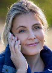 Красивая женщина говорит по телефону