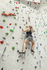 Workout an der Kletterwand in der Halle