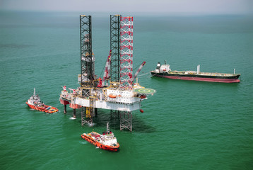 Offshore oil rig drilling platform/Offshore oil rig drilling platform in the gulf of Thailand 2015.