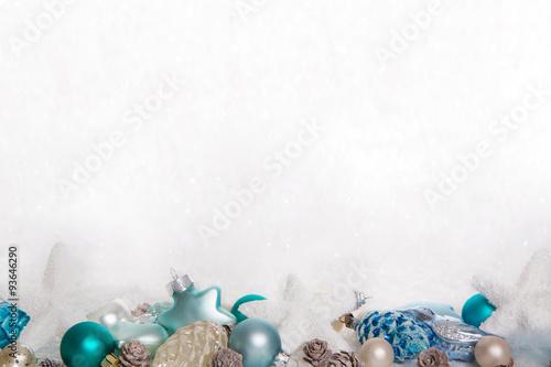dekoration zu weihnachten in blau t rkis und wei auf schnee hintergrund stockfotos und. Black Bedroom Furniture Sets. Home Design Ideas