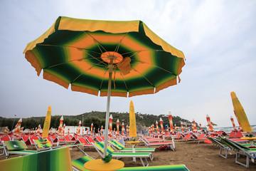 La spiaggia di Peschici, un solo ombrellone aperto