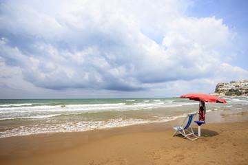 il mare in Puglia, ombrellone solitario
