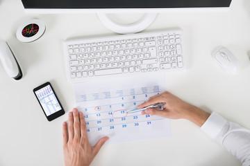 Fototapete - Businessperson Marking Important Date On Calendar
