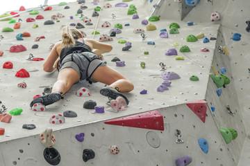 junge Sportlerin beim Klettern