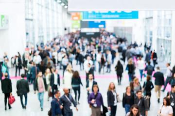 Blurred business people at a trade fair / Verschwommene Geschäftsleute auf einer Messe