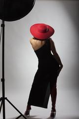 Frau mit einem roten Hut von hinten