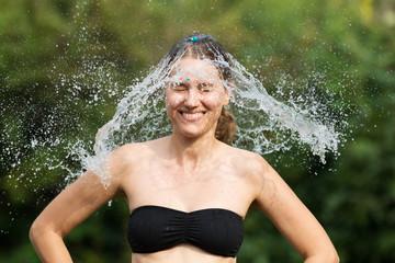 Frau mit Wassermütze
