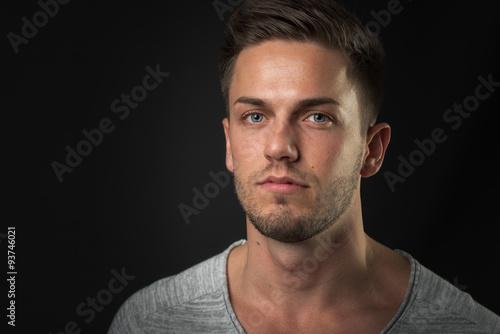 mann im portrait mit sch nen blauen augen stockfotos und lizenzfreie bilder auf. Black Bedroom Furniture Sets. Home Design Ideas