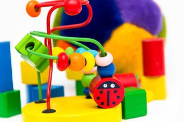 Buntes Spielzeug auf weißem Hintergrund