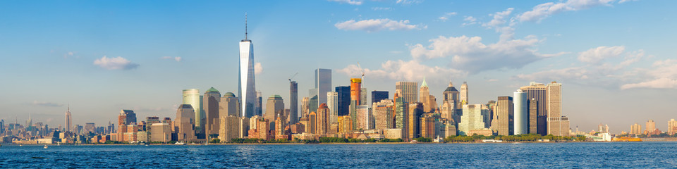Fototapeten New York High resolution panoramic view of the downtown New York City skyline seen from the ocean