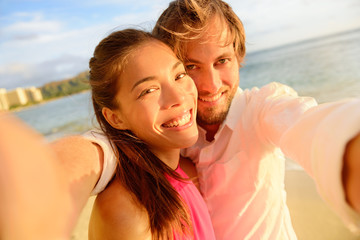 Aufkleber - Happy couple taking fun selfie on summer vacation