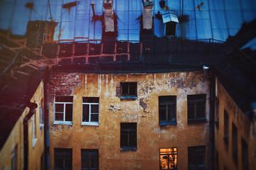 Старый обшарпанный дом в Санкт-Петербурге