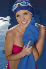 Mujer saliendo de la piscina