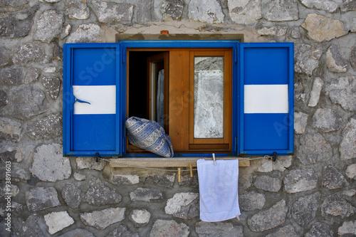 Finestra aperta con persiane bianche e azzurre immagini for Disegno finestra con persiane