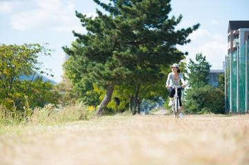 休日にサイクリングをしている日本人女性