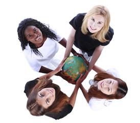 Multikulturelle Gruppe von Frauen halten eine Weltkugel
