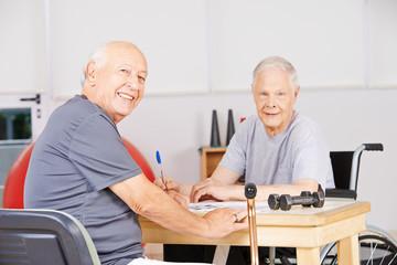 Alte Männer im Pflegeheim lösen Kreuzworträtsel