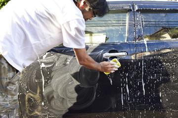 車を洗う男性
