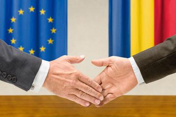Vertreter der EU und Rumäniens reichen sich die Hand
