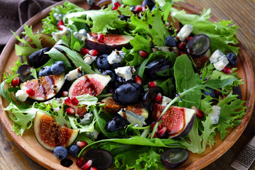 salad with fresh figs and gorgonzola