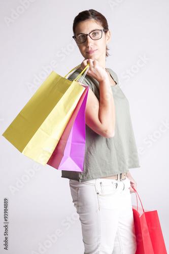 ragazza che fa shopping gratis