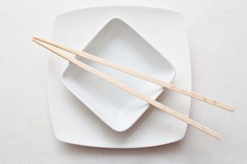 bol et baguettes chinoises sur nappe bnache