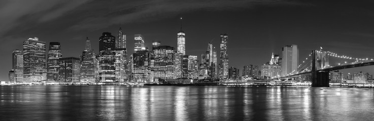 Door stickers Brooklyn Bridge Black and white New York City at night panoramic picture, USA.